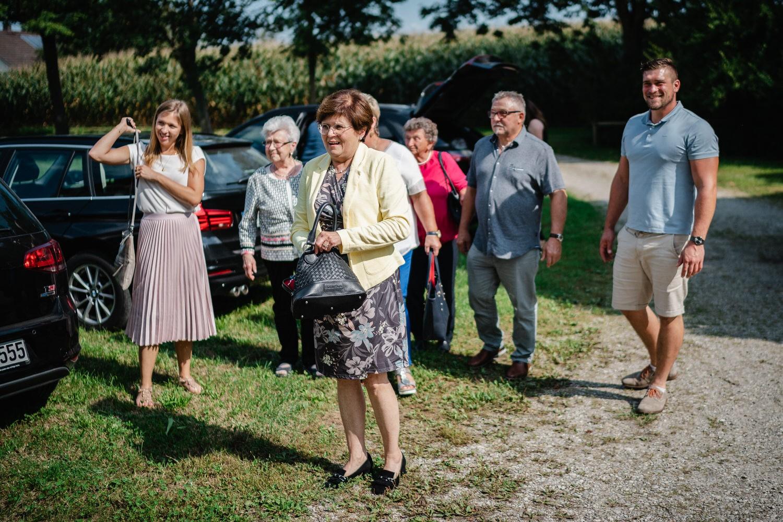 kirchliche Hochzeit in Grongörgen, Bad Birnbach, die Gäste steigen aus ihren Autos