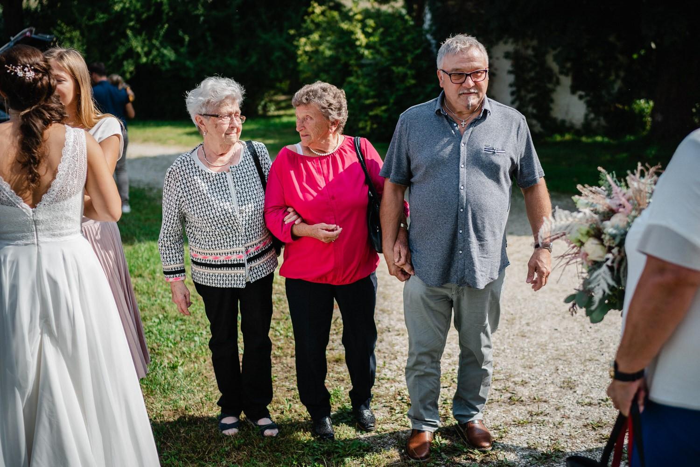 kirchliche Hochzeit in Grongörgen, Bad Birnbach, die Omas schauen sich an