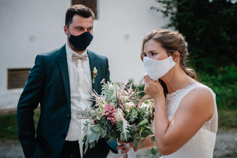 kirchliche Hochzeit in Grongörgen, Bad Birnbach, Brautpaar zieht sich die Maske auf