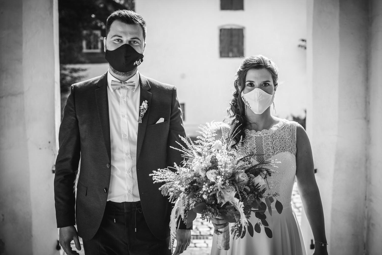 kirchliche Hochzeit in Grongörgen, Bad Birnbach, Brautpaar steht mit Masken vor der Kirche