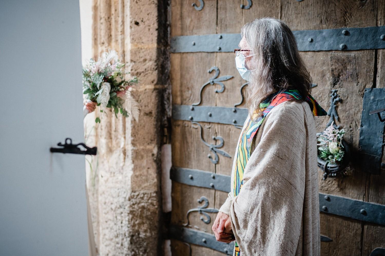 kirchliche Hochzeit in Grongörgen, Bad Birnbach, der Pfarrer empfängt das Brautpaar mit Maske