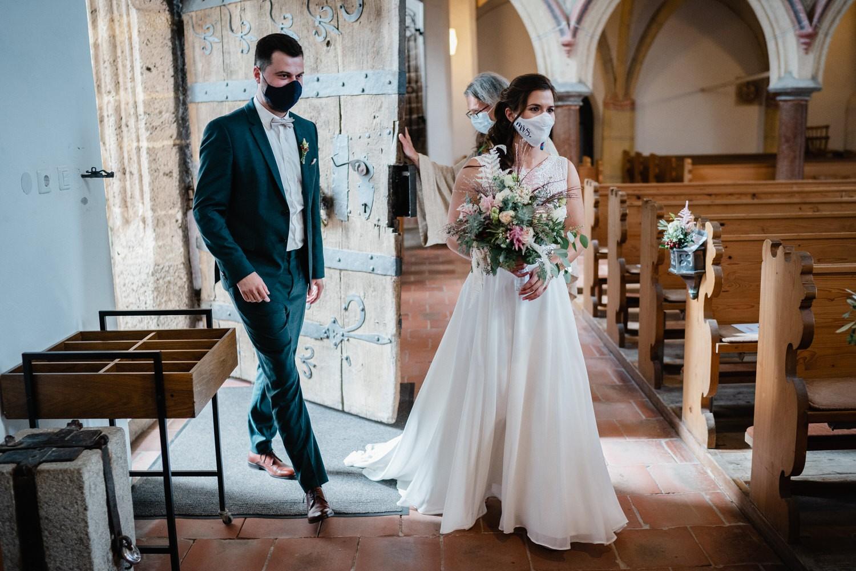 kirchliche Hochzeit in Grongörgen, Bad Birnbach, Brautpaar betritt die Kirche