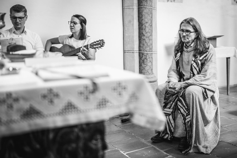 kirchliche Hochzeit in Grongörgen, Bad Birnbach, Musiker spielen, der Pfarrer lauscht andächtig