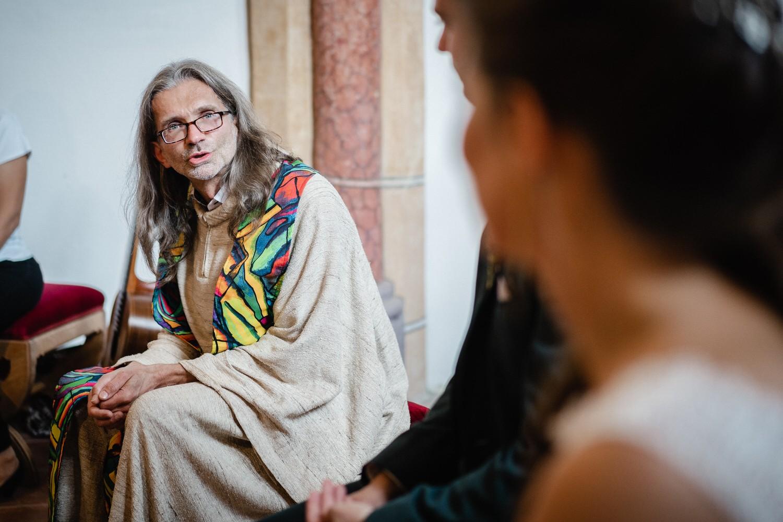 kirchliche Hochzeit in Grongörgen, Bad Birnbach, der Pfarrer spricht zum Brautpaar
