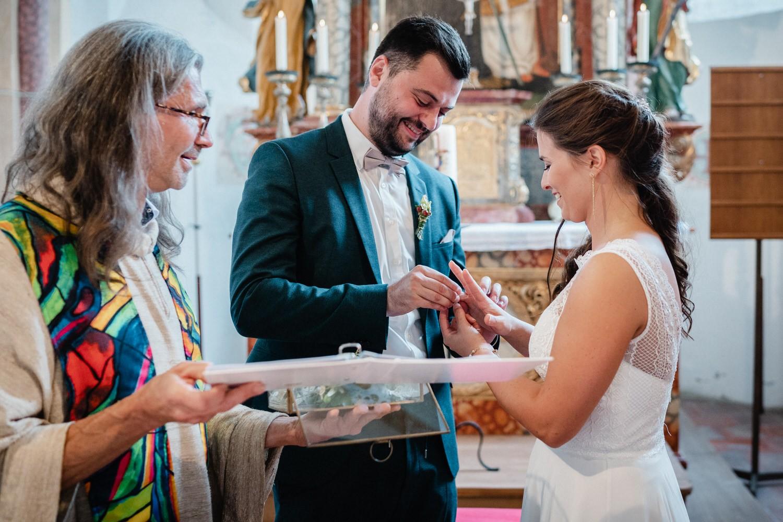 kirchliche Hochzeit in Grongörgen, Bad Birnbach, der Bräutigam steckt der braut den Ring auf
