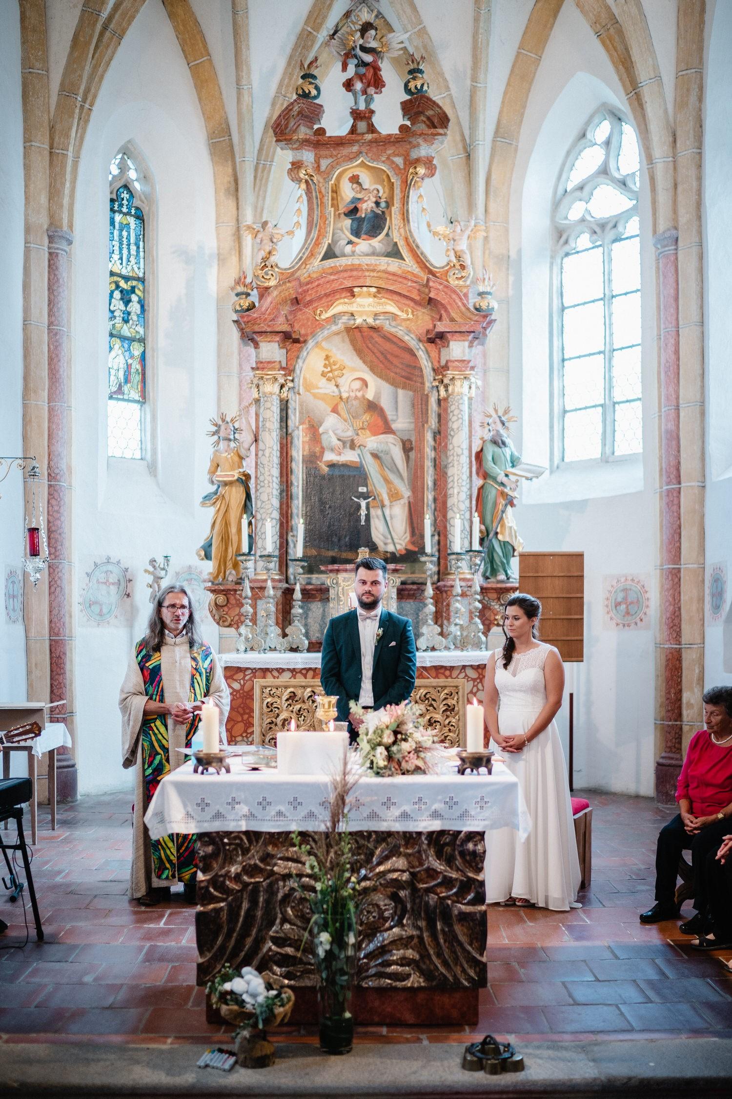 kirchliche Hochzeit in Grongörgen, Bad Birnbach, das Brautpaar und der Pfarrer