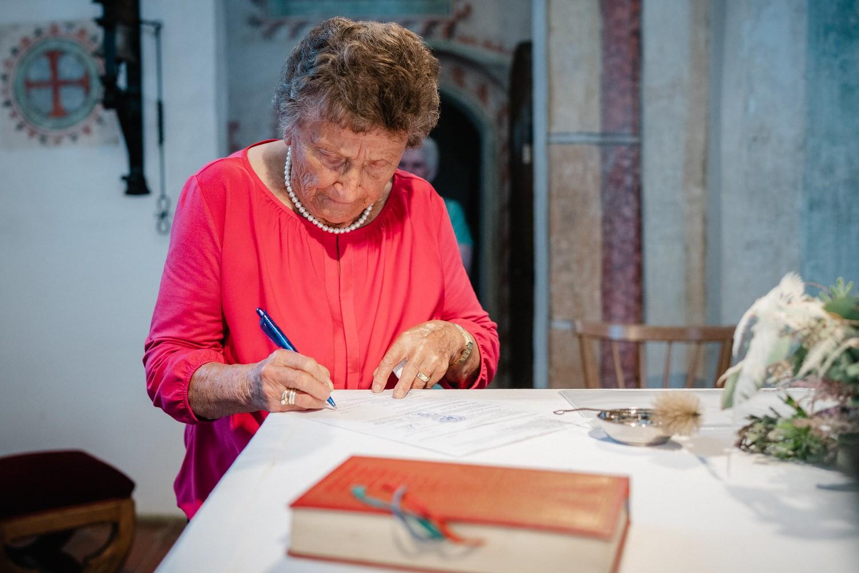 kirchliche Hochzeit in Grongörgen, Bad Birnbach, die Oma unterschreibt als Trauzeugin