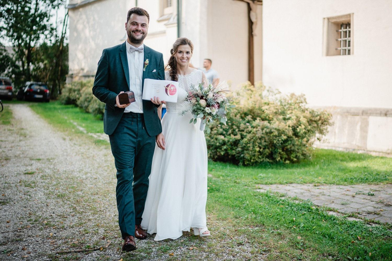 kirchliche Hochzeit in Grongörgen, Bad Birnbach, das Brautpaar verlässt die Kirche