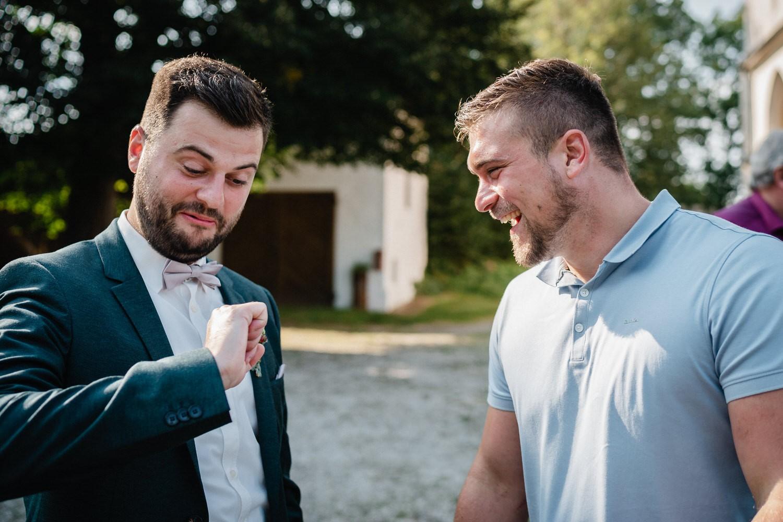kirchliche Hochzeit in Grongörgen, Bad Birnbach, der Bräutigam schaut auf seinen Ring