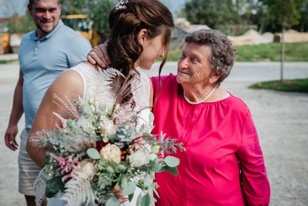 kirchliche Hochzeit in Grongörgen, Bad Birnbach, die Oma schaut stolz zur Braut
