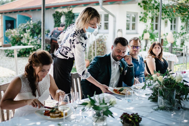 Hochzeit im Hofgut Hafnerleiten, das Essen wird serviert