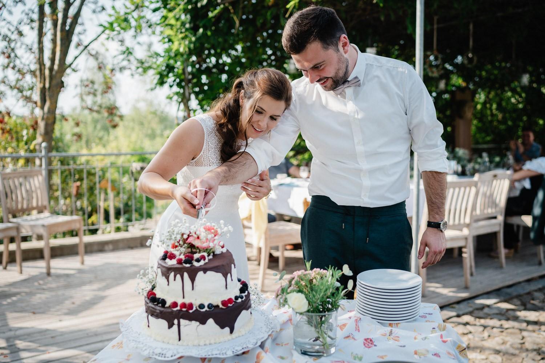 Hochzeit im Hofgut Hafnerleiten, Bad Birnbach, Brautpaar schenidet die Hochzeitstorte an