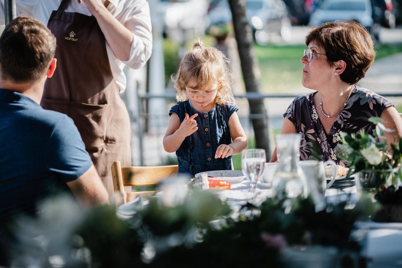 Hochzeit im Hofgut Hafnerleiten, Bad Birnbach, Kind isst von der Hochzeitstorte