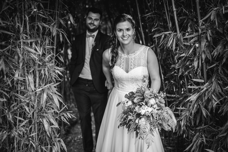 Hochzeit im Hofgut Hafnerleiten, Bad Birnbach, Paarshooting, Paar läuft einen Gang zwischen Bambus entlang