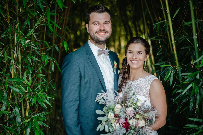 Hochzeit im Hofgut Hafnerleiten, Bad Birnbach, Paarshooting, Paar lächelt in die Kamera