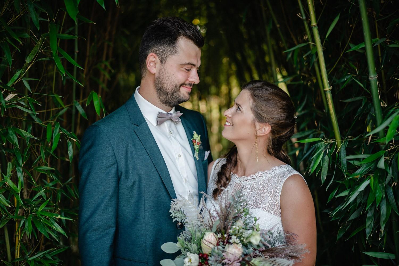 Hochzeit im Hofgut Hafnerleiten, Bad Birnbach, Paarshooting, Paar schaut sich an