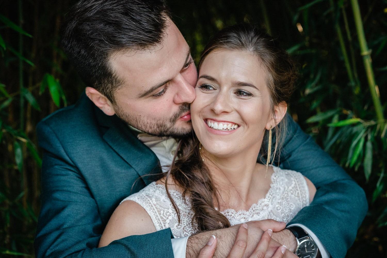 Hochzeit im Hofgut Hafnerleiten, Bad Birnbach, Paarshooting, Bräutigam küsst die Brautauf die Wange