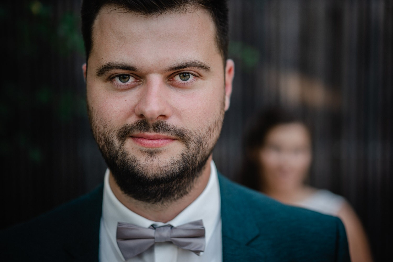 Hochzeit im Hofgut Hafnerleiten, Bad Birnbach, Paarshooting, Bräutigam schaut in die Kamera
