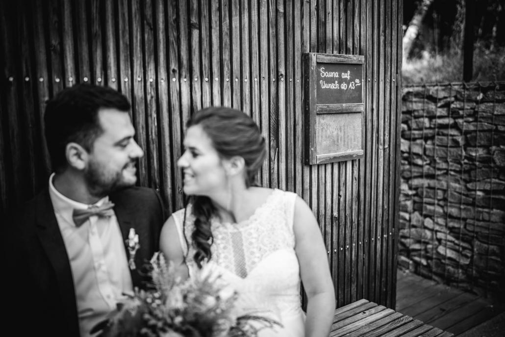 Hochzeit im Hofgut Hafnerleiten, Bad Birnbach, Paarshooting, Paar sitzt vor Sauna