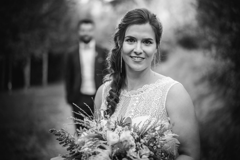 Hochzeit im Hofgut Hafnerleiten, Bad Birnbach, Paarshooting, Braut schaut in die Kamera