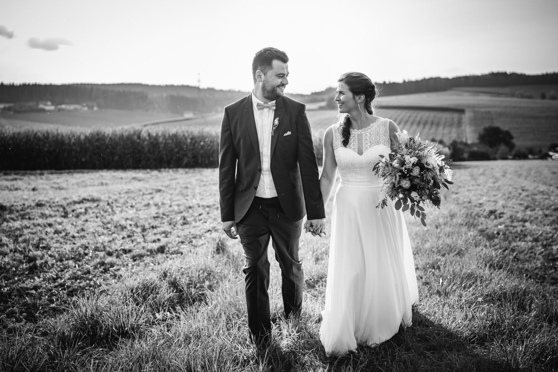 Hochzeit im Hofgut Hafnerleiten, Bad Birnbach, Paarshooting, Brautpaar läuft über Feldweg