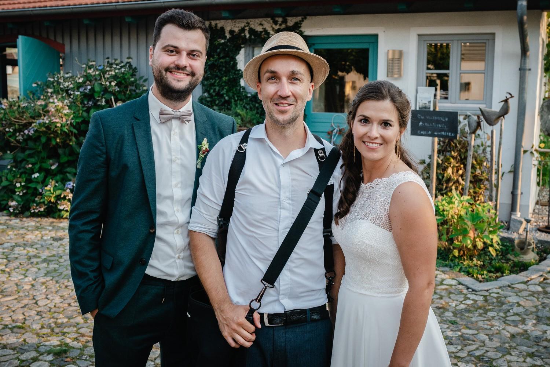 Hochzeit im Hofgut Hafnerleiten, Bad Birnbach, das brautpaar posiert mit dem Hochzeitsfotografen Ingo Schiller