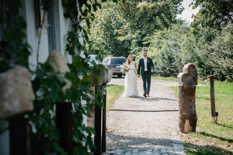 Hochzeit im Hofgut Hafnerleiten, Bad Birnbach, das Brautpaar kommt zur Location