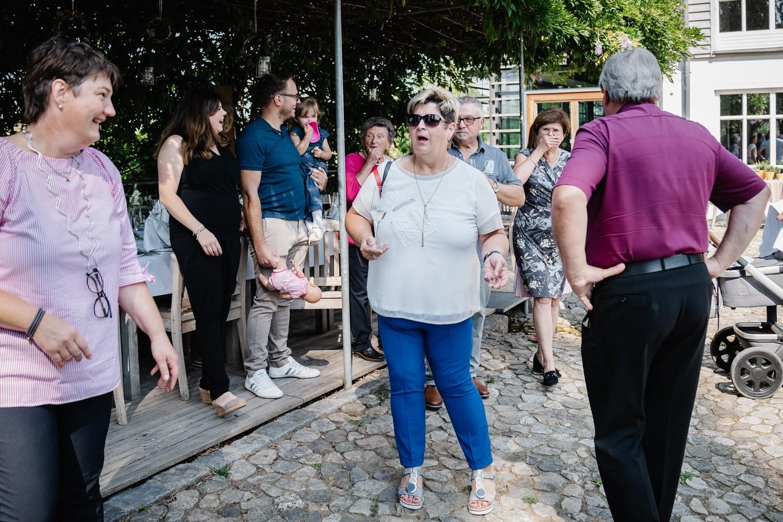 Hochzeit im Hofgut Hafnerleiten, Bad Birnbach, die Gäste erblicken das Brautpaar