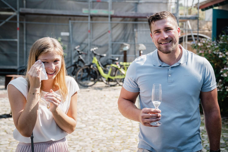 Hochzeit im Hofgut Hafnerleiten, Bad Birnbach, FReudentränen bei der Ankunft des Brautpaares