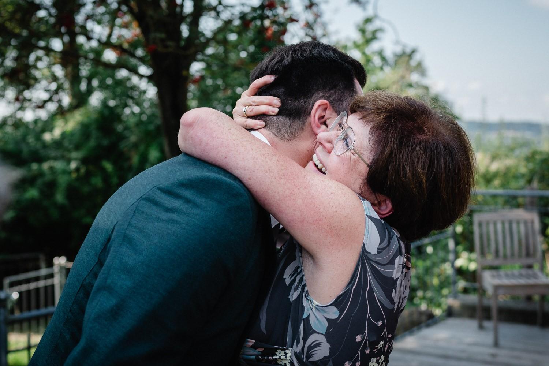 Hochzeit im Hofgut Hafnerleiten, Bad Birnbach, die Mutter umarmt ihren Sohn