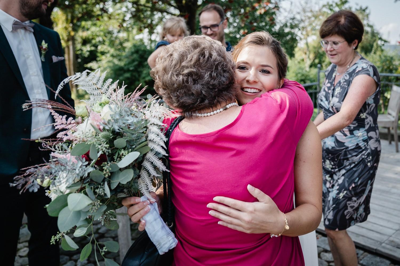 Hochzeit im Hofgut Hafnerleiten, Bad Birnbach, die Braut umarmt die Oma