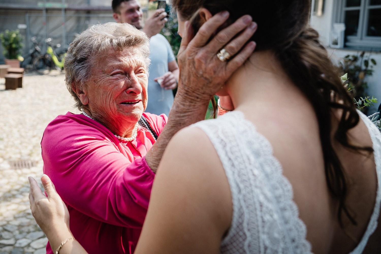 Hochzeit im Hofgut Hafnerleiten, Bad Birnbach, die Oma streichelt die Wange der Braut