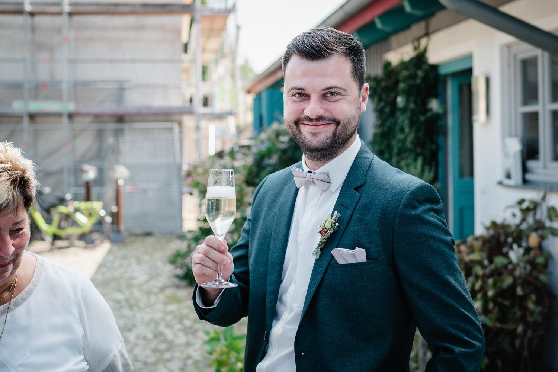 Hochzeit im Hofgut Hafnerleiten, Bad Birnbach, Bräutigam mit Sekt