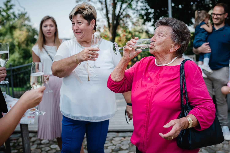 Hochzeit im Hofgut Hafnerleiten, Bad Birnbach, Oma trinkt vor Schreck ihren Sekt