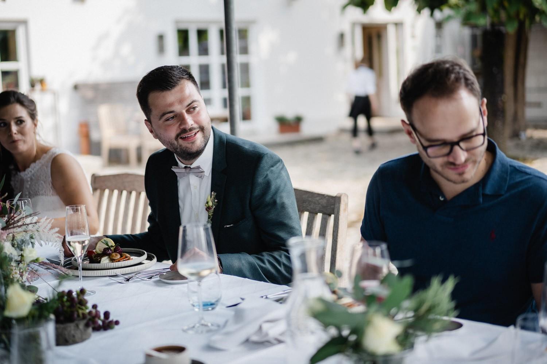 Hochzeit im Hofgut Hafnerleiten, Braut lacht und schaut herum