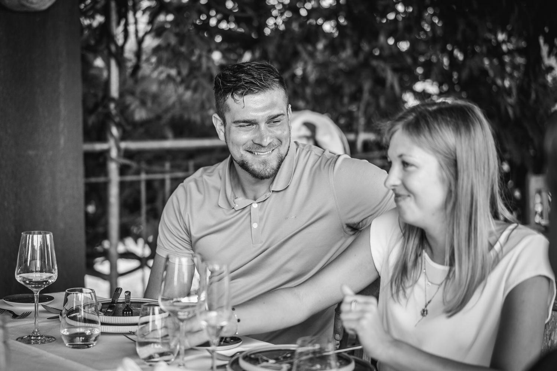 Hochzeit im Hofgut Hafnerleiten, Bad Birnbach, Gast schaut zu seiner Freundin