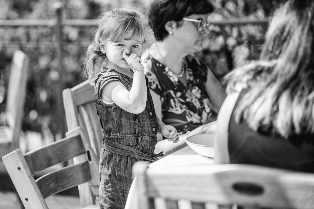 Hochzeit in Bad Birnbach,, kleines Mädchen geht mit ihrem Finger auf Entdeckungsreise