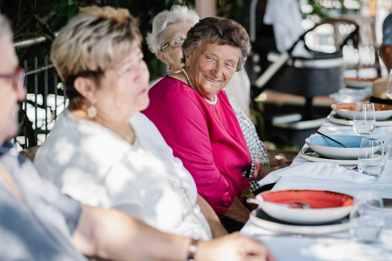 Hochzeit im Hofgut Hafnerleiten, Oma schaut herum