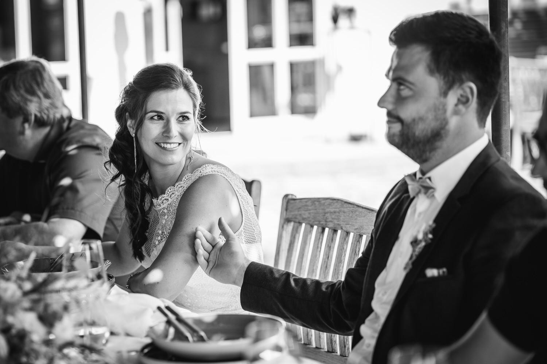 Hochzeit im Hofgut Hafnerleiten, der Bräutigam streichelt die Braut