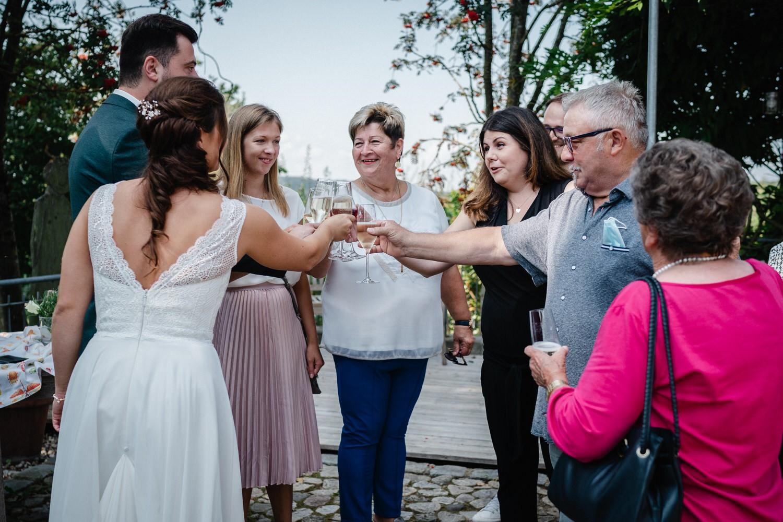 Hochzeit im Hofgut Hafnerleiten, Bad Birnbach, Gäste stossen auf das Brautpaar an