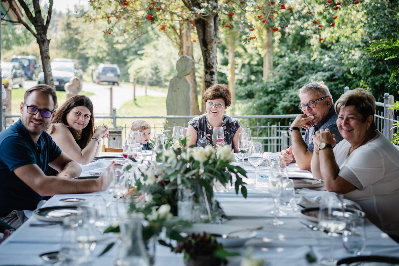 Hochzeit im Hofgut Hafnerleiten, die Hochzeitsgesellschaft sitzt am Tisch