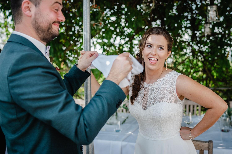 Hochzeit im Hofgut Hafnerleiten, Bad Birnbach, Braut ist etwas aufgeregt