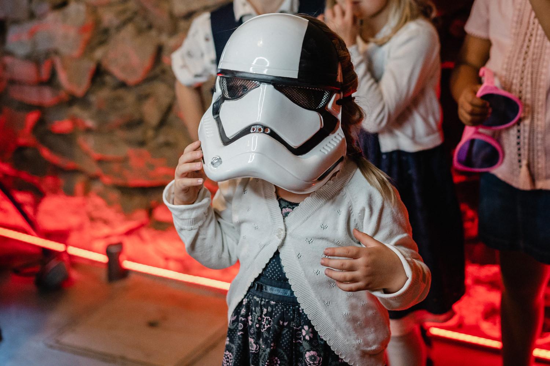 Hochzeit in Windorf, Rupperts Bonvivant, Mädchen hat eine Star Wars-Maske auf und steht vor der Fotobox