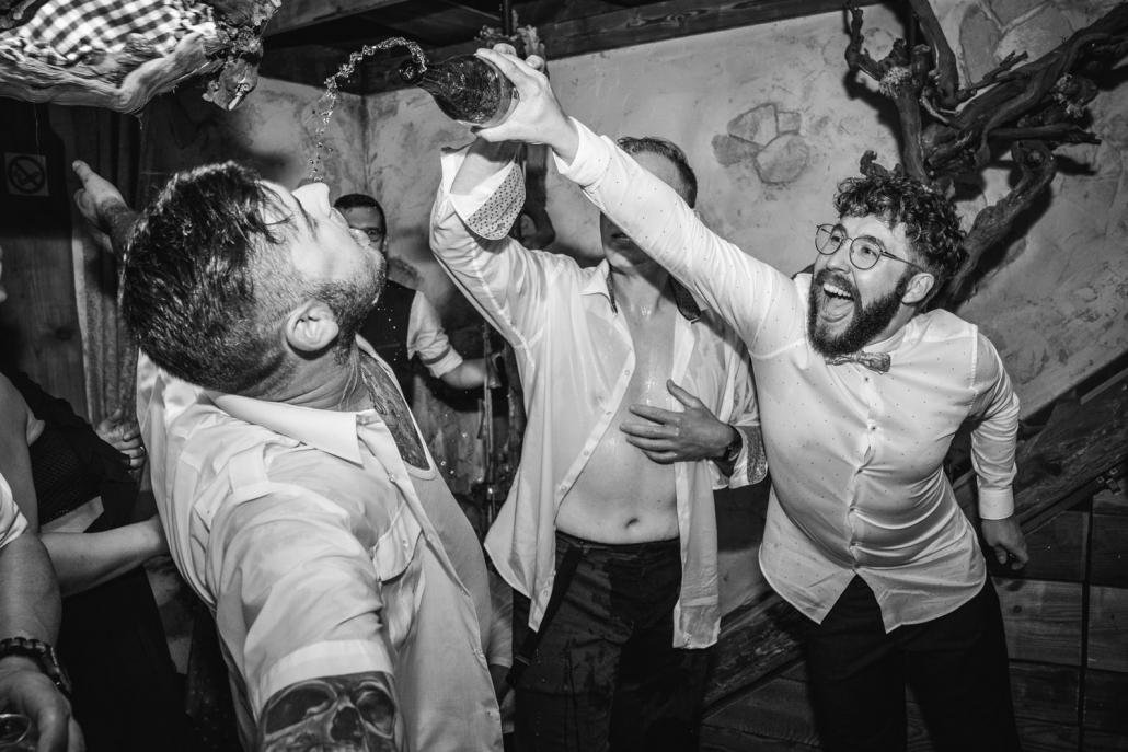 Hochzeitsfeier beim Straubinger Wirt in Beutelsbach, die gäste feiern mit Wein und Gesang