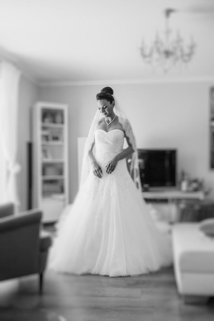 Hochzeit in Grimma, Getting Ready, Braut nach dem Ankleiden