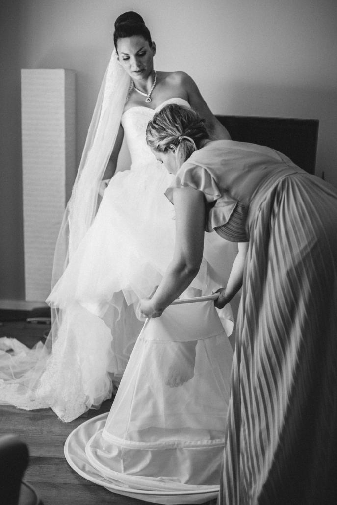 Hochzeit in Grimma, Getting Ready, Braut steigt in ihren Unterrock