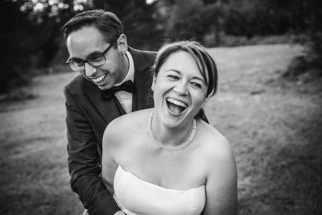 Hochzeit auf der Gutsalm Harlachberg, Parrshooting, Paar lacht vom ganzen Herzen