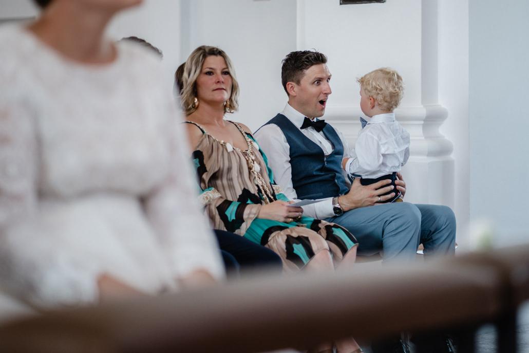 Hochzeit in Neuburg am Inn,ein Gast albert mit seinem Sohn während der Trauung herum