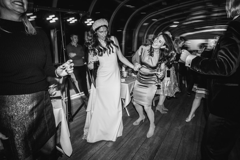 Hochzeit auf dem Cabrioshiff MS Sunliner, Passau, die Braut tanz mit einem Gast