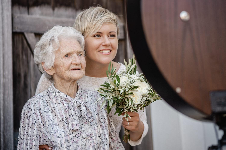 Hochzeit auf dem Rahaberghof, Oberösterreich, Oma und Braut schauen zur Fotobox